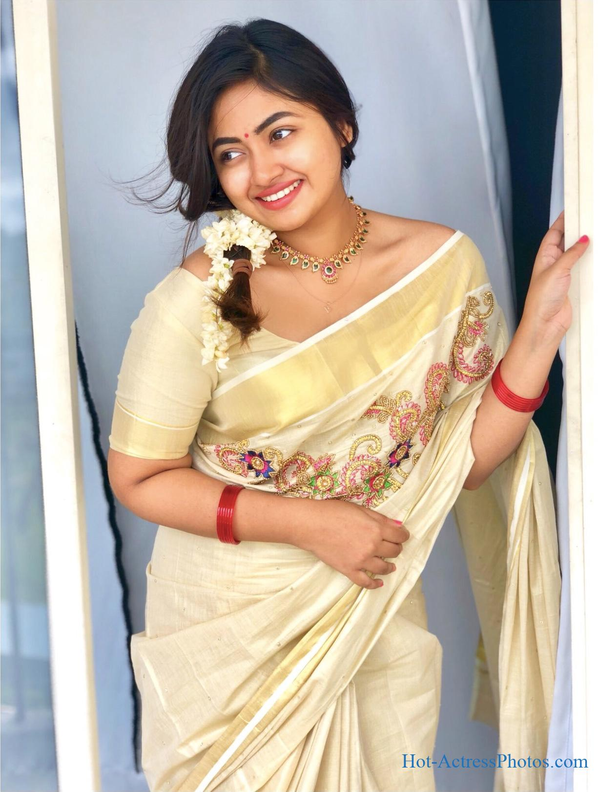 Malayalam Actress Shaalin Zoya Cute Photos In Kerala Saree
