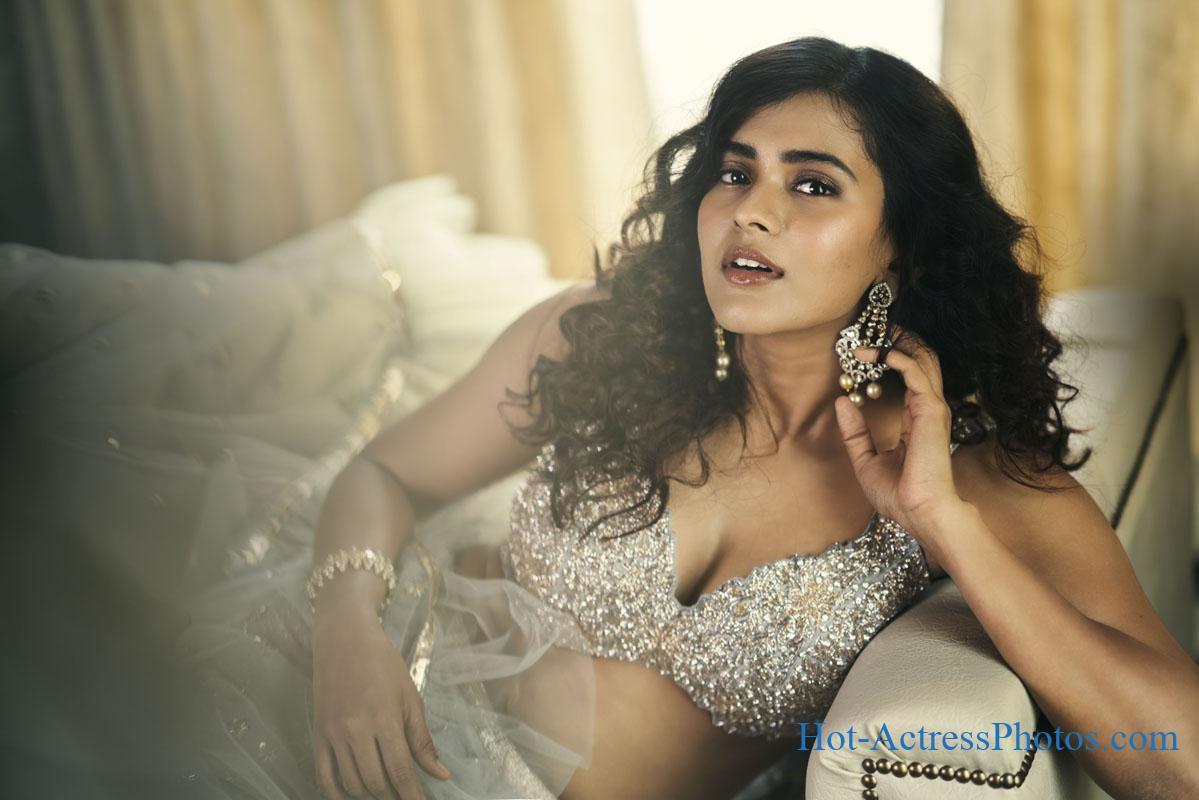 Hebah Patel Hot Cleavage Photoshoot Stills
