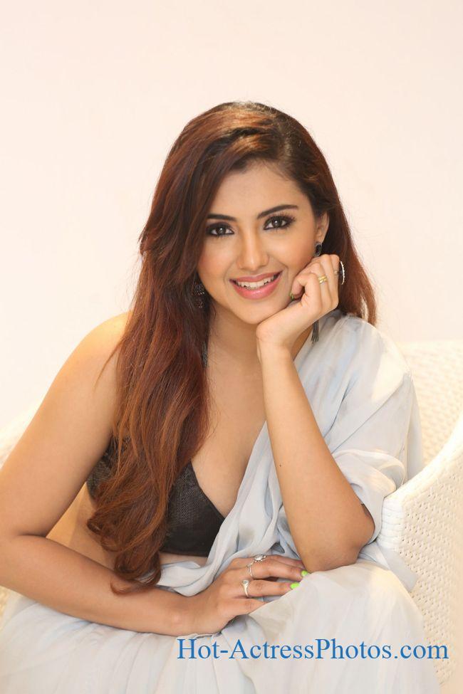 Malvika Sharma Hot Cleavage Photos At Q9 Fashion Studio Launch