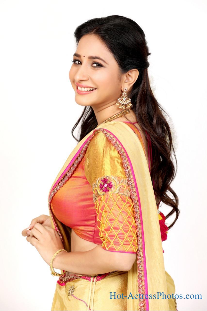 Manvitha Kamath Hot Cleavage Side View Photos In Half Saree