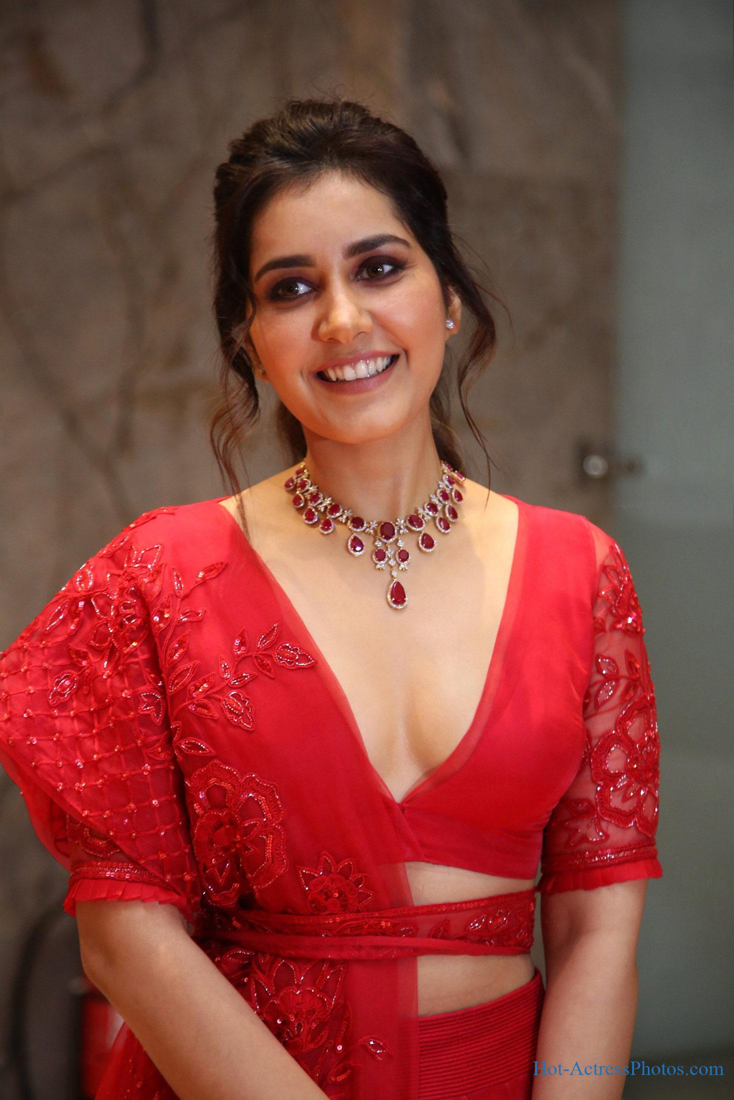 Raashi Khanna Hot Cleavage Photos At World Famous Lover Pre-Release