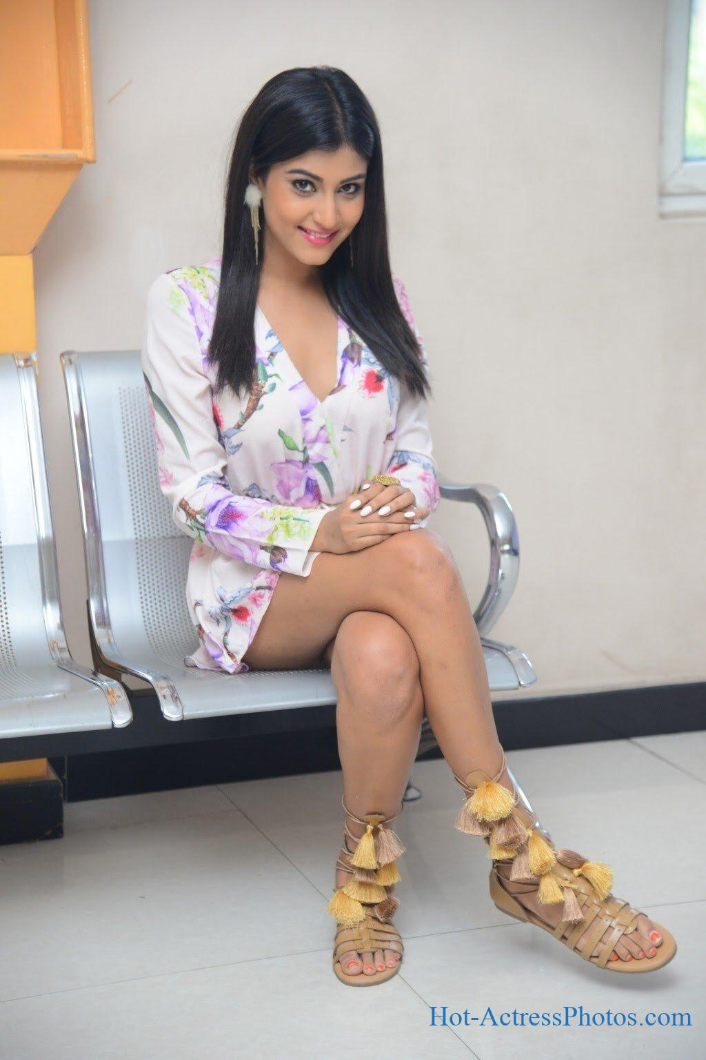 Divya Rao Hot Legs And Thighs Show At College Movie Pre Release Event
