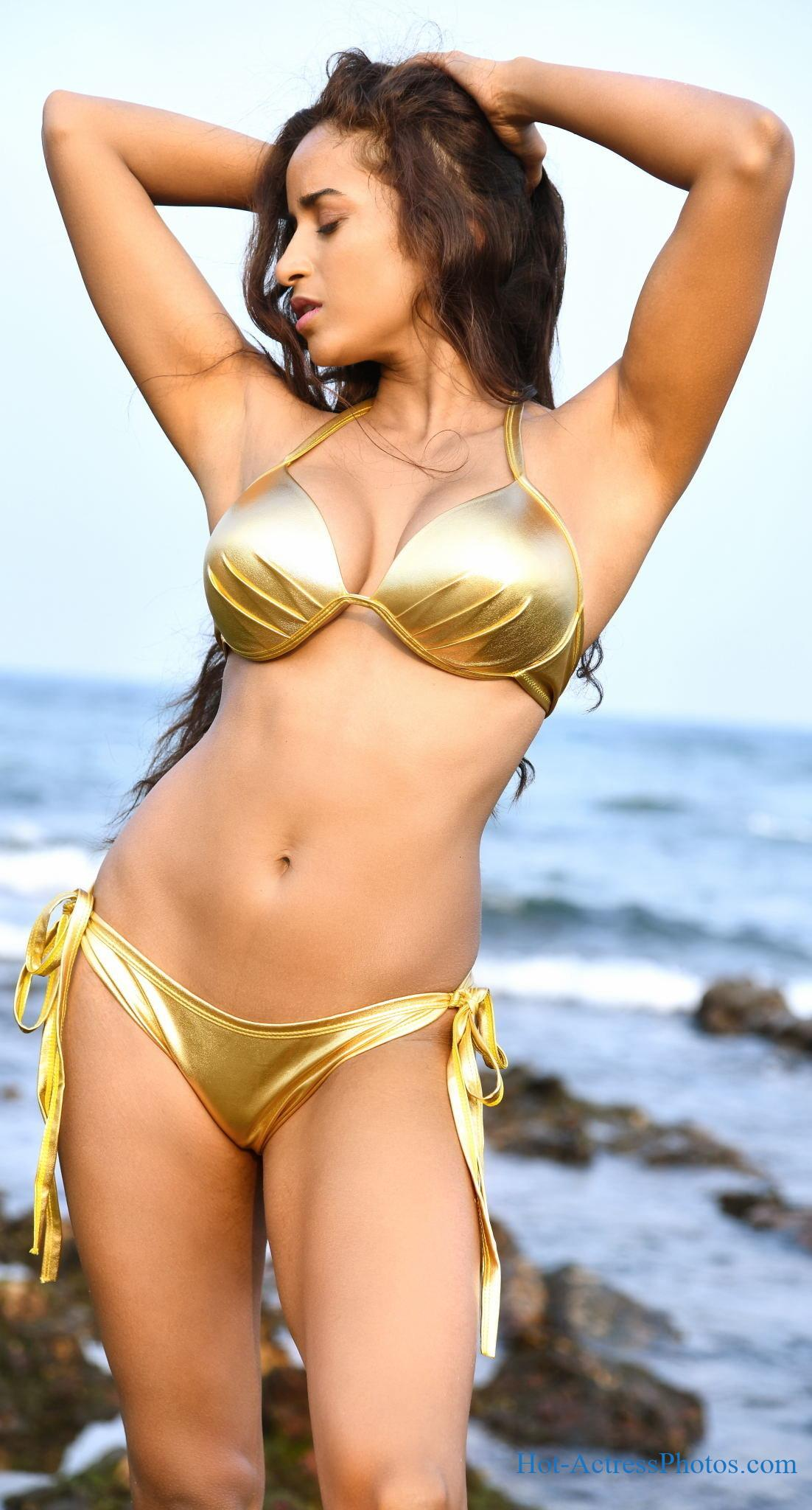 Pooja Bhalekar Hot Cleavage And Navel Photos