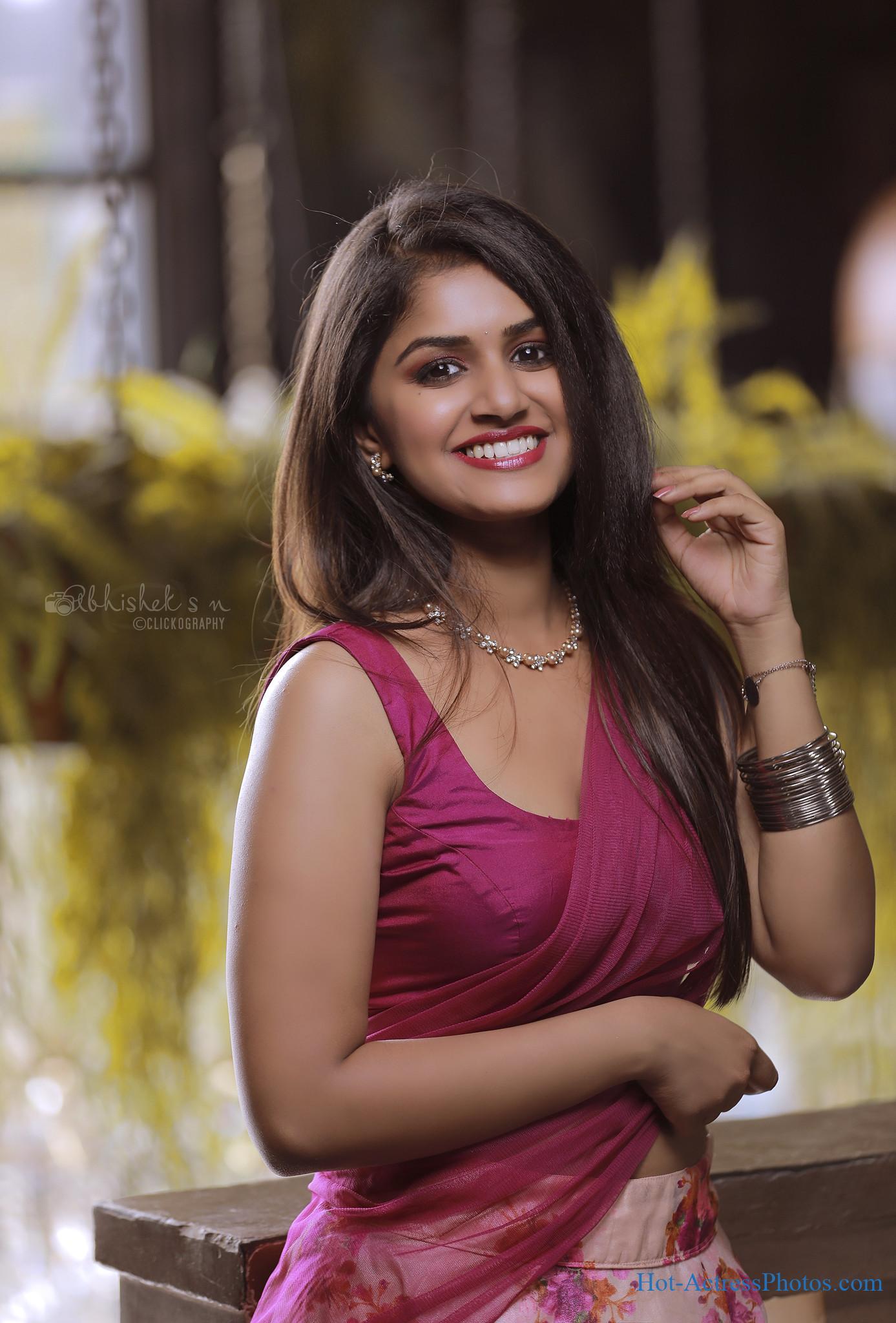 Sanjana Anand Hot Side View In Saree Photos