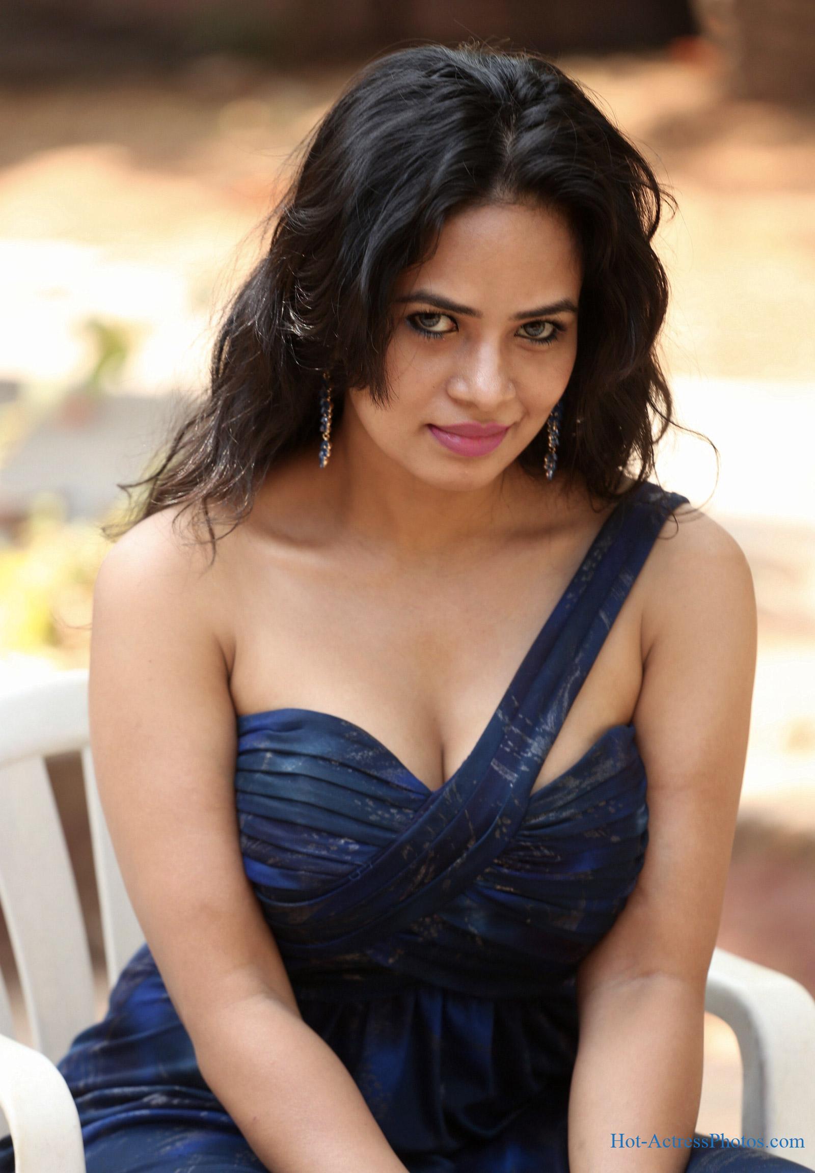 Minakkshi Kalitaa Hot Cleavage Photos At Satyam Movie Launch
